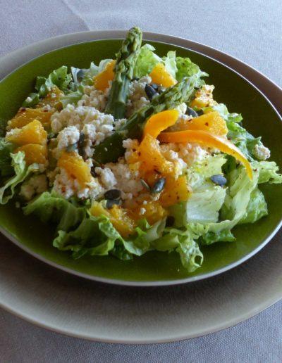 salade verte, brousse, brebis, suprême d'orange et graines de courges